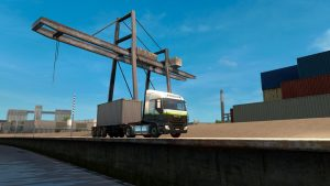 Ein LKW mit Container vor einer Containerbrücke