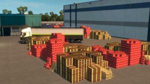 Viele Paletten und Kisten stehen vor einem LKW