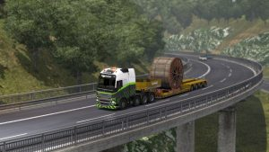 Ein Schwertransport auf einer Autobahnbrücke